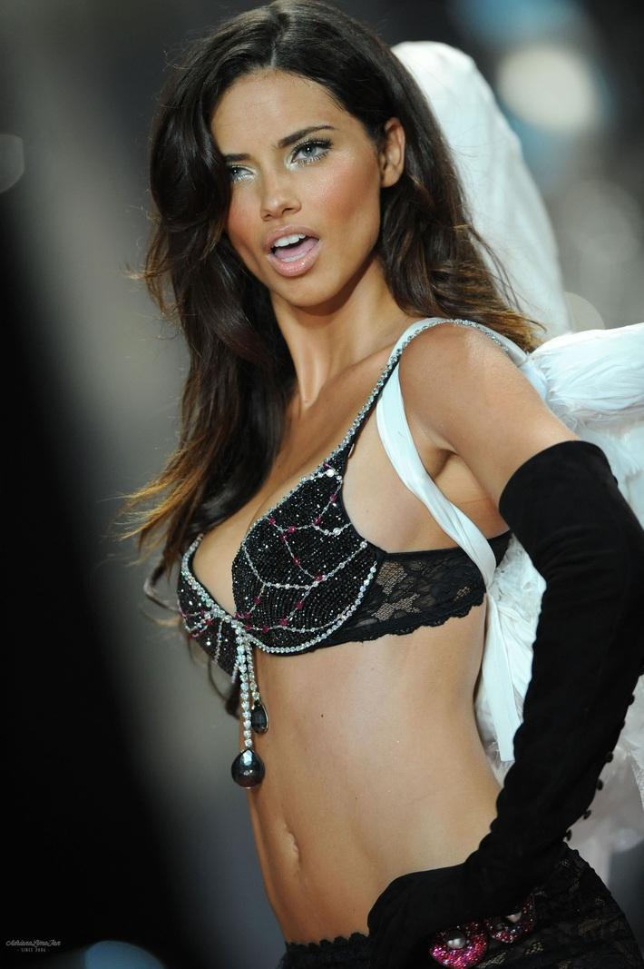 Lịch sử Fantasy Bra tiền tỷ của Victorias Secret: Ngày càng đẹp nhưng lại ngày một rẻ, phần nào báo trước tương lai lụi tàn của VSFS - Ảnh 11.