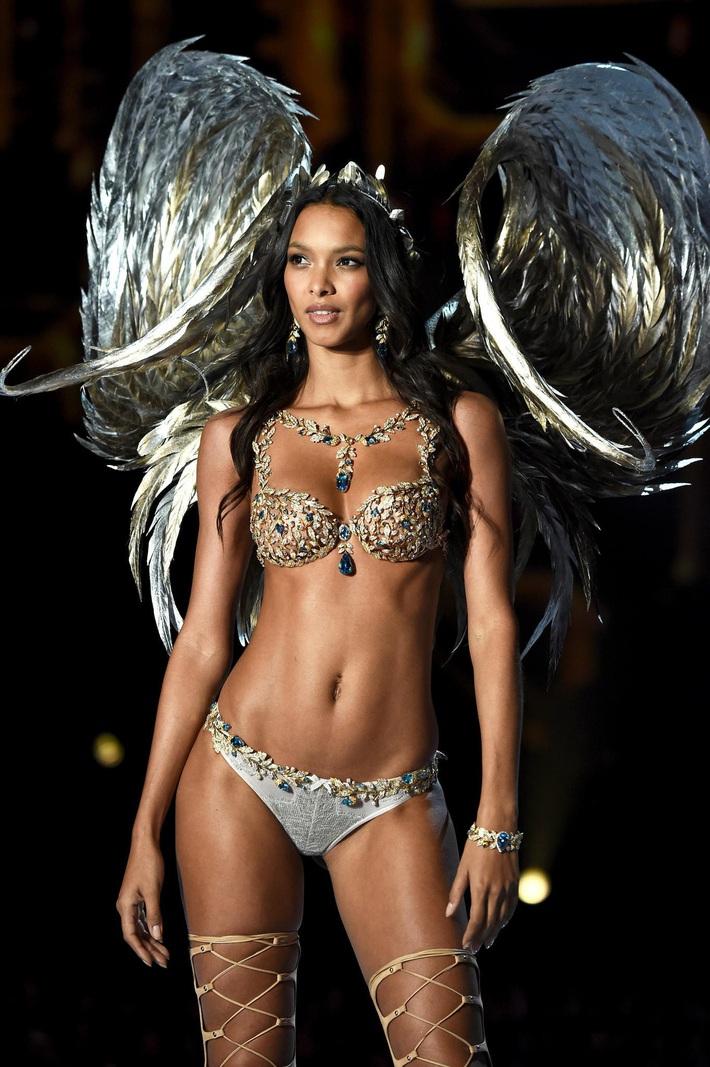 Lịch sử Fantasy Bra tiền tỷ của Victorias Secret: Ngày càng đẹp nhưng lại ngày một rẻ, phần nào báo trước tương lai lụi tàn của VSFS - Ảnh 2.