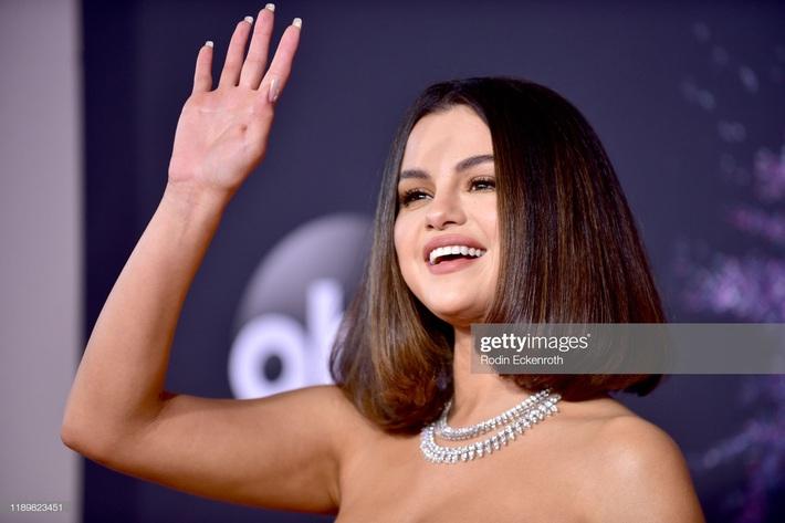 AMA 2019: Nhìn Selena Gomez đẹp bá cháy cỡ này, hẳn là hội người yêu cũ sẽ gợn lửa lòng lắm - Ảnh 1.