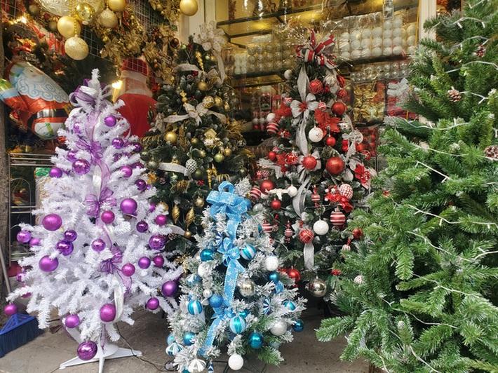 Cận Giáng sinh, cây thông Noel khổng lồ hét giá 120 triệu đồng - Ảnh 3.