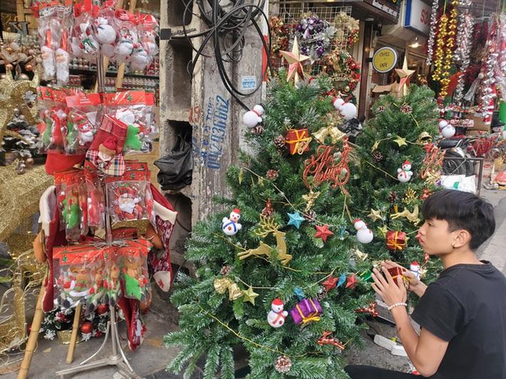 Cận Giáng sinh, cây thông Noel khổng lồ hét giá 120 triệu đồng - Ảnh 4.
