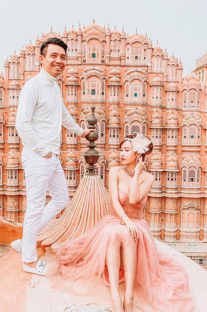 Lên đồ đi du lịch như nhà đại gia Minh Nhựa: Vợ Mina Phạm thay 7749 bộ, chồng chỉ copy & paste nguyên một style - Ảnh 3.
