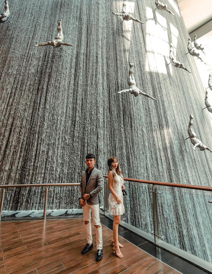 Lên đồ đi du lịch như nhà đại gia Minh Nhựa: Vợ Mina Phạm thay 7749 bộ, chồng chỉ copy & paste nguyên một style - Ảnh 8.