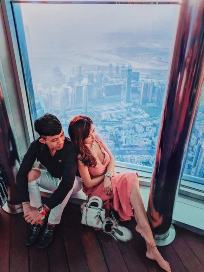 Lên đồ đi du lịch như nhà đại gia Minh Nhựa: Vợ Mina Phạm thay 7749 bộ, chồng chỉ copy & paste nguyên một style - Ảnh 7.