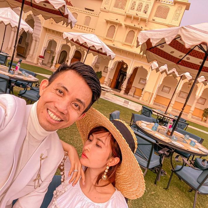 Lên đồ đi du lịch như nhà đại gia Minh Nhựa: Vợ Mina Phạm thay 7749 bộ, chồng chỉ copy & paste nguyên một style - Ảnh 1.