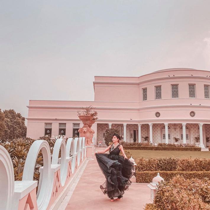 Lên đồ đi du lịch như nhà đại gia Minh Nhựa: Vợ Mina Phạm thay 7749 bộ, chồng chỉ copy & paste nguyên một style - Ảnh 11.