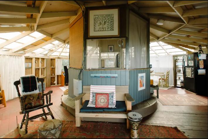 Ngôi nhà Hawaii mộc mạc gây thương nhớ vì được xây dựng bằng tay với các đồ nội thất thủ công đẹp tinh tế - Ảnh 1.