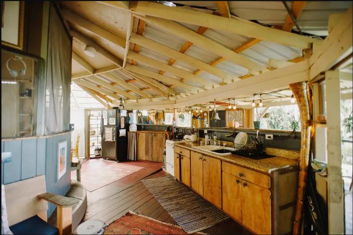 Ngôi nhà Hawaii mộc mạc gây thương nhớ vì được xây dựng bằng tay với các đồ nội thất thủ công đẹp tinh tế - Ảnh 2.