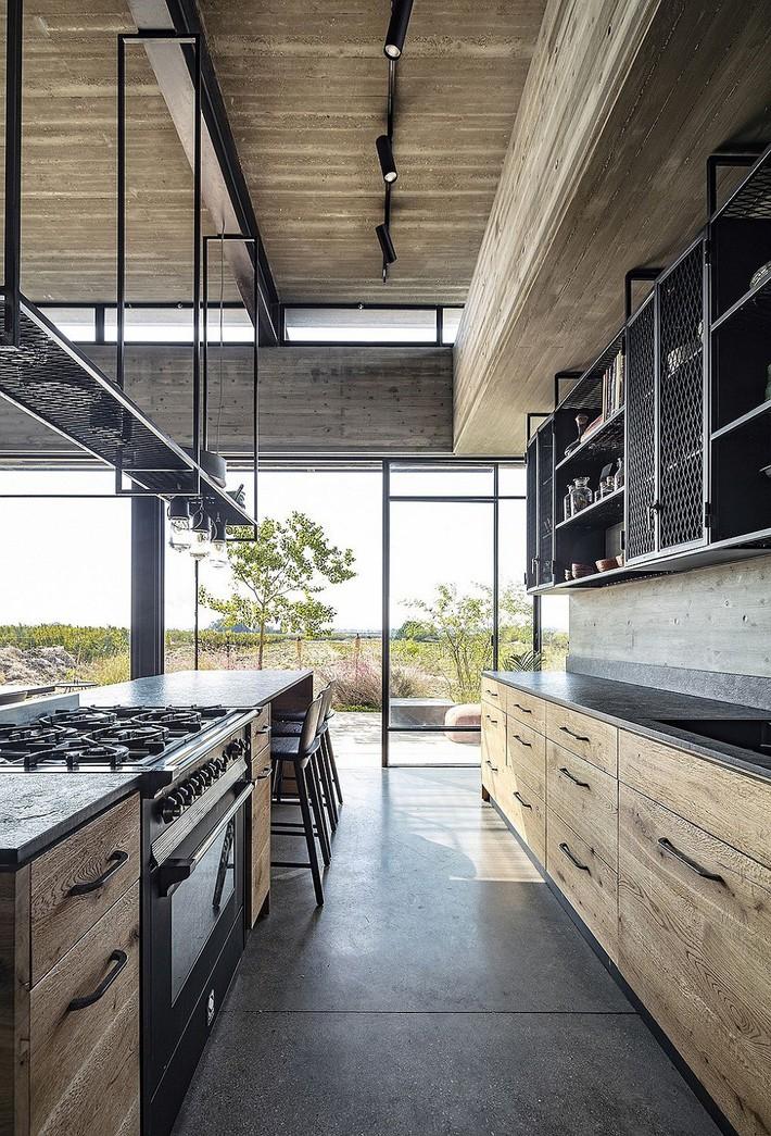 Ngắm ngôi nhà có nét thiết kế cởi mở và hiện đại nằm giữa cảnh quan đầy sự đối lập đến không tưởng - Ảnh 6.