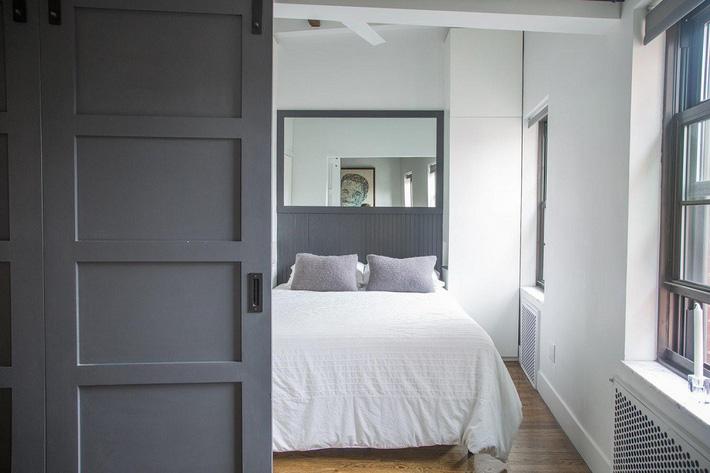 4 điều bạn cần phải làm ngay để phòng ngủ nhỏ của mình trông lớn hơn diện tích thực - Ảnh 4.