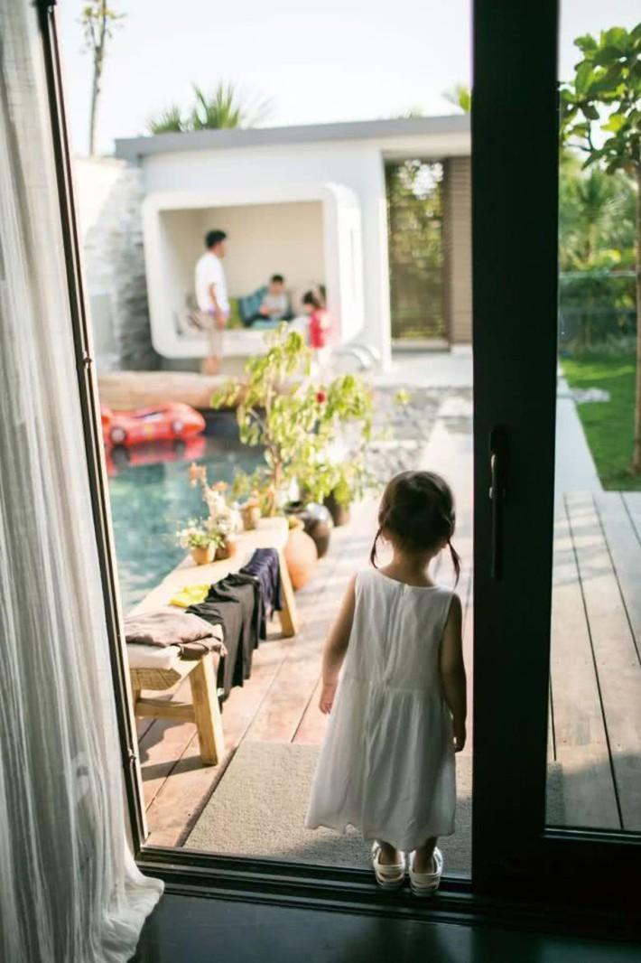 Lo các con gặp áp lực về việc học ở thành phố, đôi vợ chồng đã quyết định nghỉ việc, chuyển đến ngôi nhà ở thị trấn nhỏ để sống cuộc đời an yên - Ảnh 3.