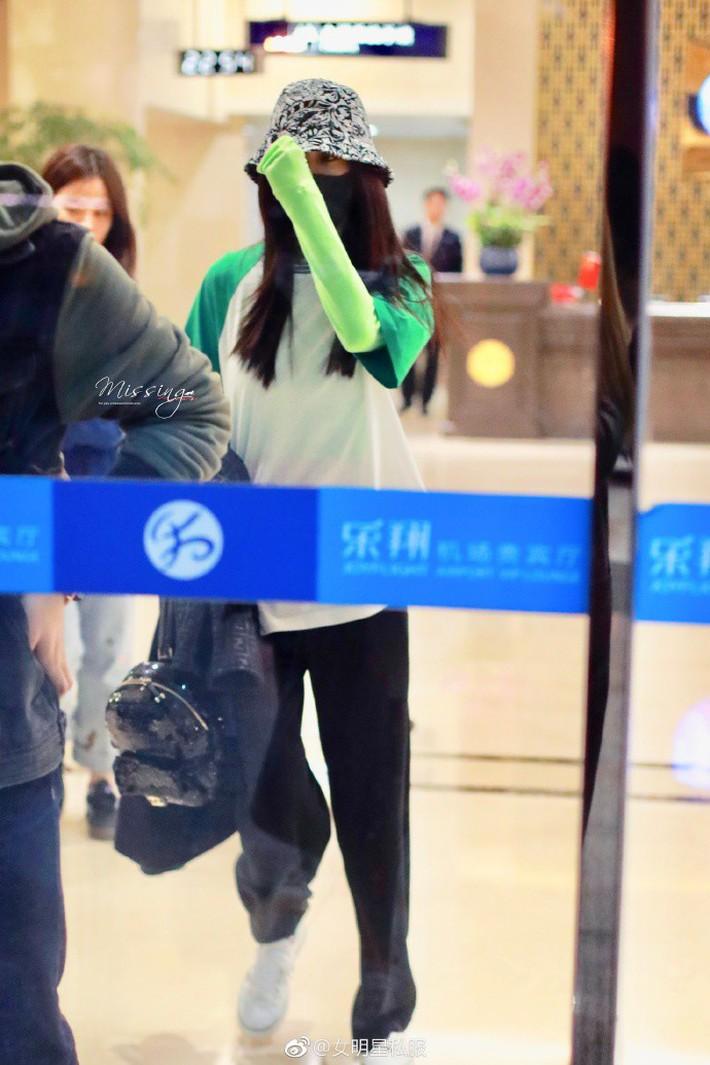 Dương Mịch diện đồ rộng thùng thình ra sân bay giữa tin đồn mang thai 3 tháng với Lý Dịch Phong - Ảnh 2.