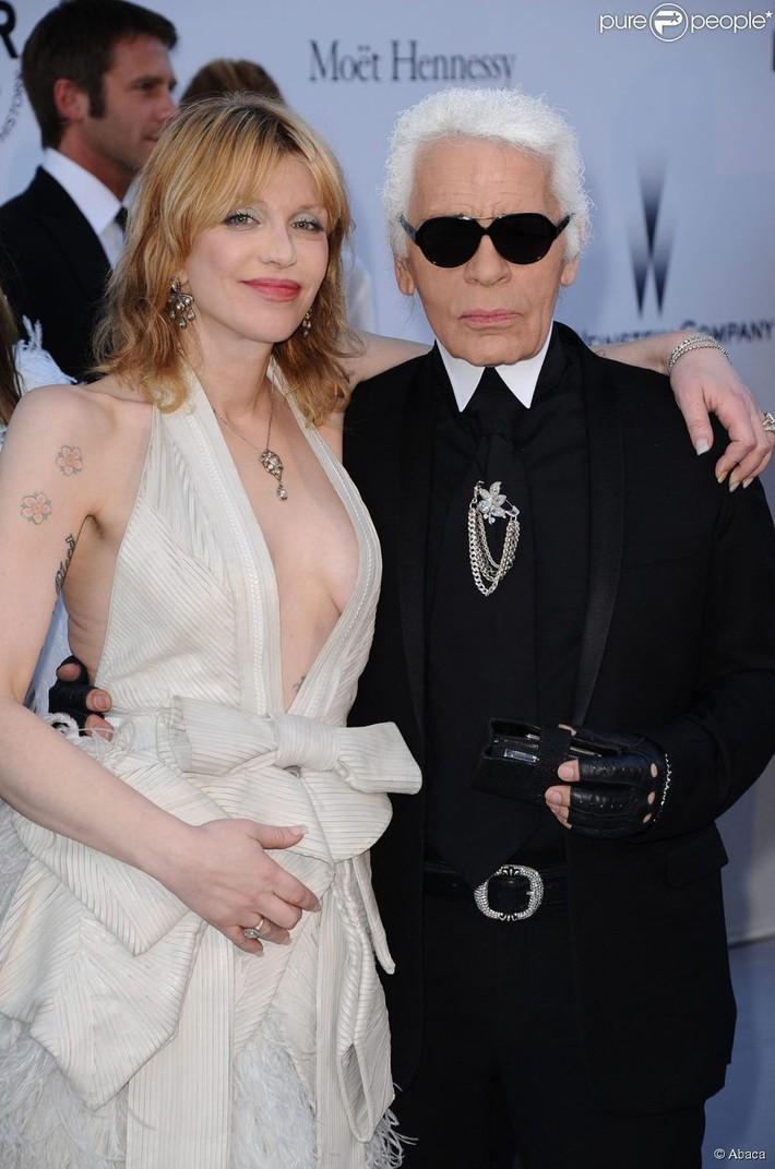 Scandal váy Chanel fake ầm ĩ một thời được nhắc lại, bất ngờ nhất chính là hành động của ngài Karl với ngôi sao tội đồ - Ảnh 1.