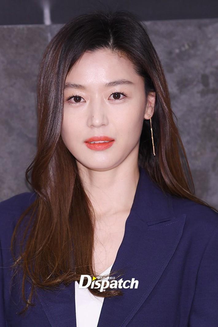 Đẹp không góc chết thế này, bảo sao Jeon Ji Hyun chỉ makeup sương sương, ăn vận đơn giản mà vẫn khiến dân tình ngẩn ngơ - Ảnh 1.