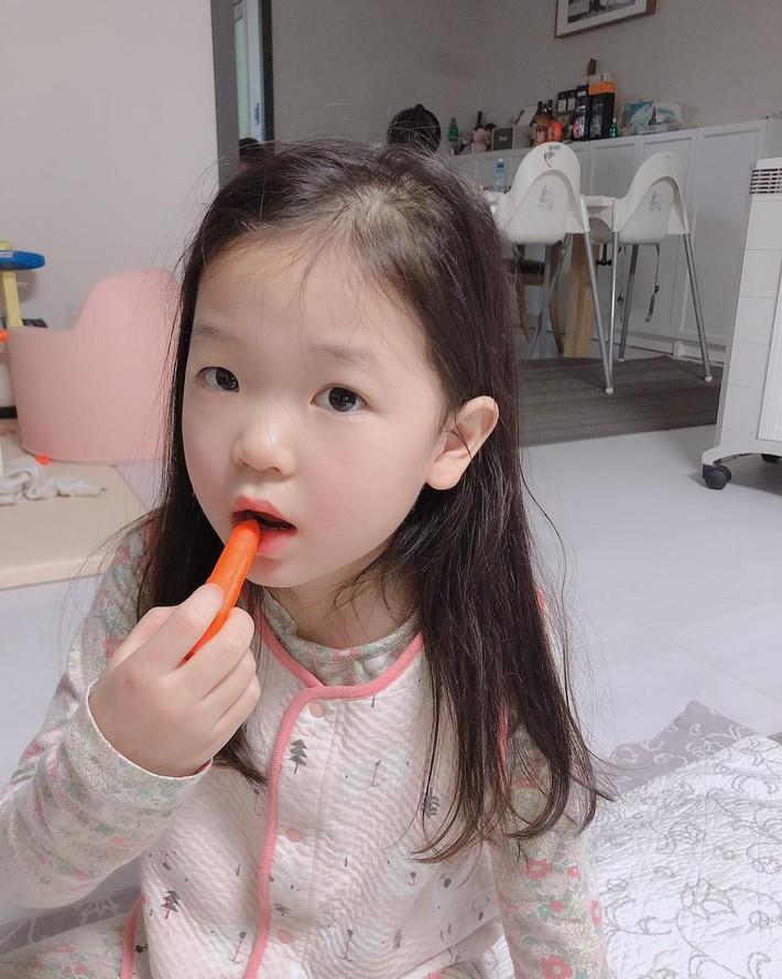 """Trẻ mẫu giáo Hàn Quốc thi nhau trang điểm, mỹ phẩm trở thành đồ chơi """"thế hệ mới"""" - Ảnh 7."""
