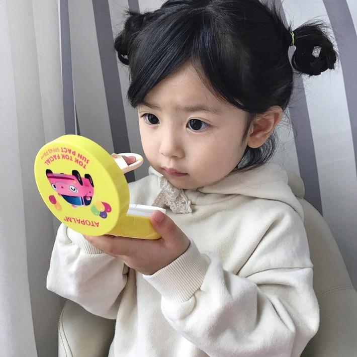 """Trẻ mẫu giáo Hàn Quốc thi nhau trang điểm, mỹ phẩm trở thành đồ chơi """"thế hệ mới"""" - Ảnh 1."""