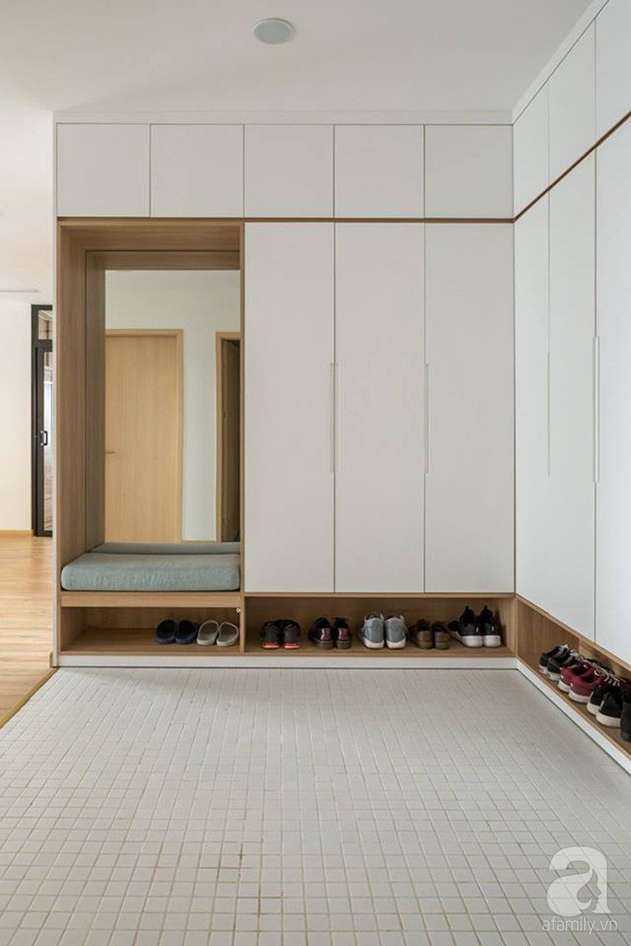 Căn hộ 120m² đẹp hiện đại, ấm cúng với màu gỗ làm chủ đạo của cặp vợ chồng trẻ mới cưới ở Hà Nội - Ảnh 2.