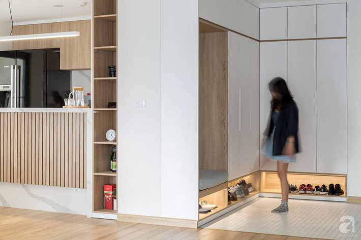 Căn hộ 120m² đẹp hiện đại, ấm cúng với màu gỗ làm chủ đạo của cặp vợ chồng trẻ mới cưới ở Hà Nội - Ảnh 1.