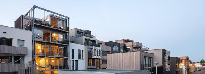 Ngôi nhà phố hiện đại đáp ứng được nhu cầu của cả 3 thế hệ cùng chung sống - Ảnh 1.