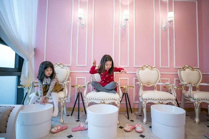 """Trẻ mẫu giáo Hàn Quốc thi nhau trang điểm, mỹ phẩm trở thành đồ chơi """"thế hệ mới"""" - Ảnh 5."""