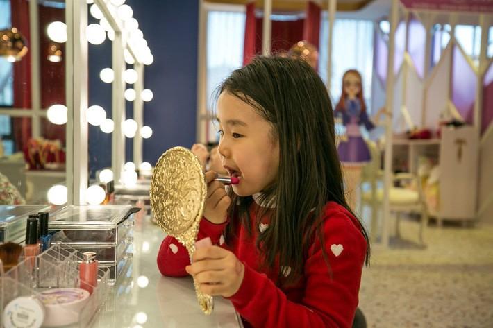"""Trẻ mẫu giáo Hàn Quốc thi nhau trang điểm, mỹ phẩm trở thành đồ chơi """"thế hệ mới"""" - Ảnh 2."""