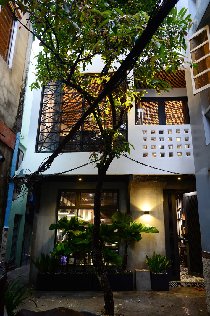 Ngôi nhà 50m² trong hẻm nhỏ chỉ nhìn đã thấy an yên ở quận 1, Sài Gòn - Ảnh 1.