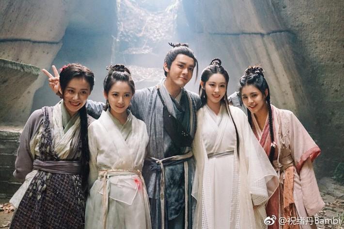 Nghèo nàn khâu tạo hình, làm tóc, dàn mỹ nhân Tân Ỷ Thiên Đồ Long Ký như hóa chị em sinh bốn khó lòng phân biệt - Ảnh 2.