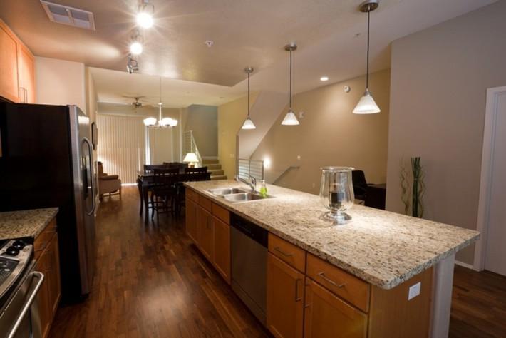 Có nên sử dụng sàn gỗ trong nhà bếp và phòng tắm? - Ảnh 2.