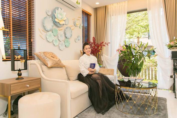Ngắm biệt thự triệu đô bình yên với khu vườn rực rỡ sắc hoa cùng hồ cá Koi của Nhật Kim Anh giữa lòng Sài Gòn - Ảnh 9.