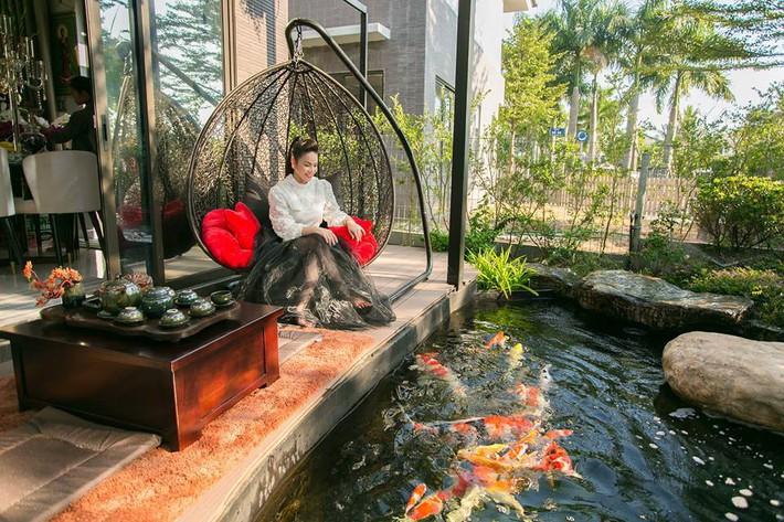Ngắm biệt thự triệu đô bình yên với khu vườn rực rỡ sắc hoa cùng hồ cá Koi của Nhật Kim Anh giữa lòng Sài Gòn - Ảnh 6.
