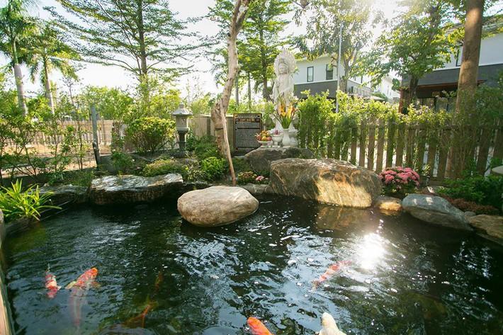 Ngắm biệt thự triệu đô bình yên với khu vườn rực rỡ sắc hoa cùng hồ cá Koi của Nhật Kim Anh giữa lòng Sài Gòn - Ảnh 2.