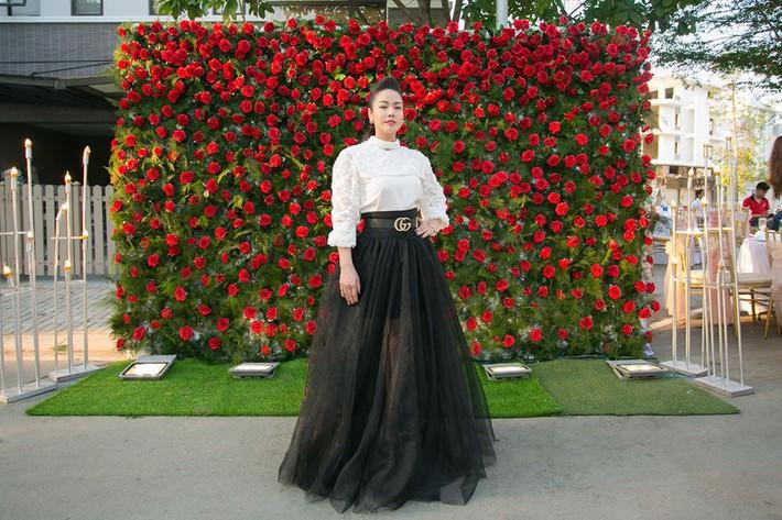 Ngắm biệt thự triệu đô bình yên với khu vườn rực rỡ sắc hoa cùng hồ cá Koi của Nhật Kim Anh giữa lòng Sài Gòn - Ảnh 1.