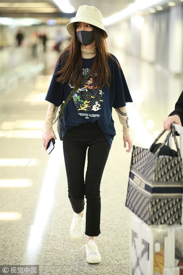 """Diện áo dài tay bên trong áo phông, Angela Baby bị netizen mỉa mai: """"Lại đang cố bắt chước Dương Mịch chứ gì"""" - Ảnh 1."""