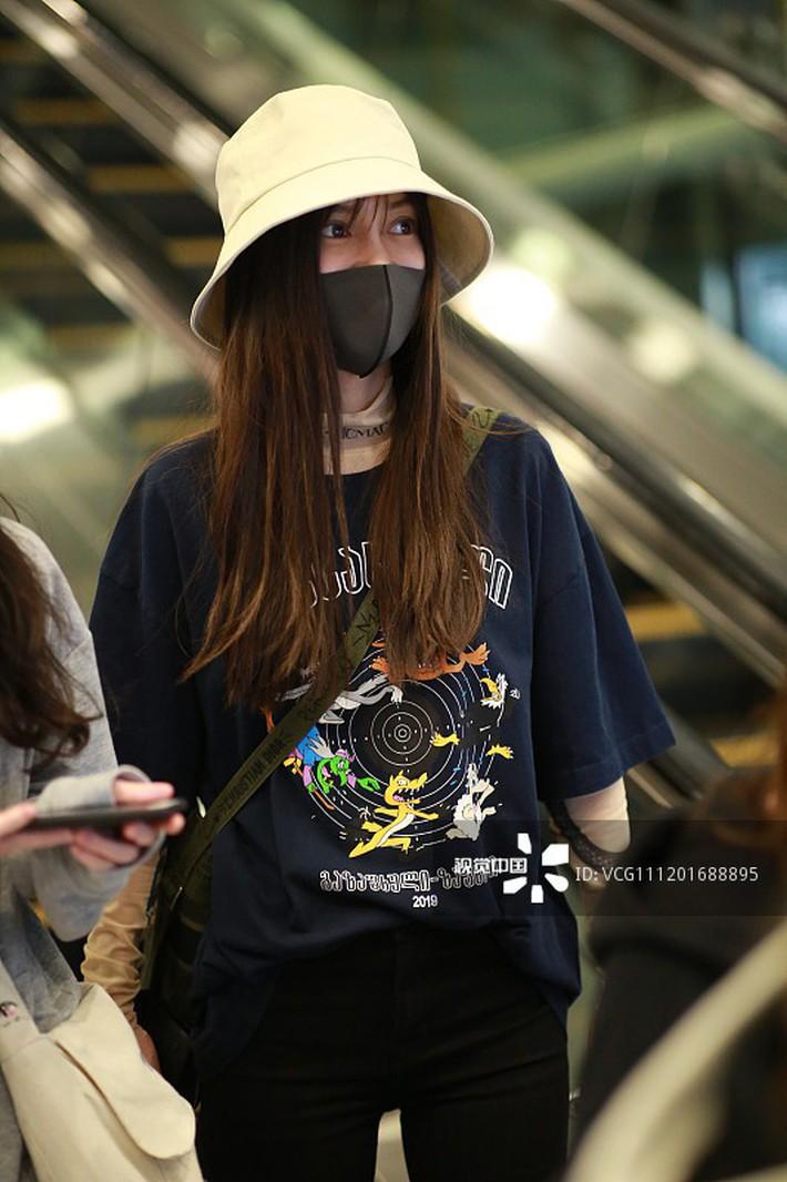 """Diện áo dài tay bên trong áo phông, Angela Baby bị netizen mỉa mai: """"Lại đang cố bắt chước Dương Mịch chứ gì"""" - Ảnh 2."""