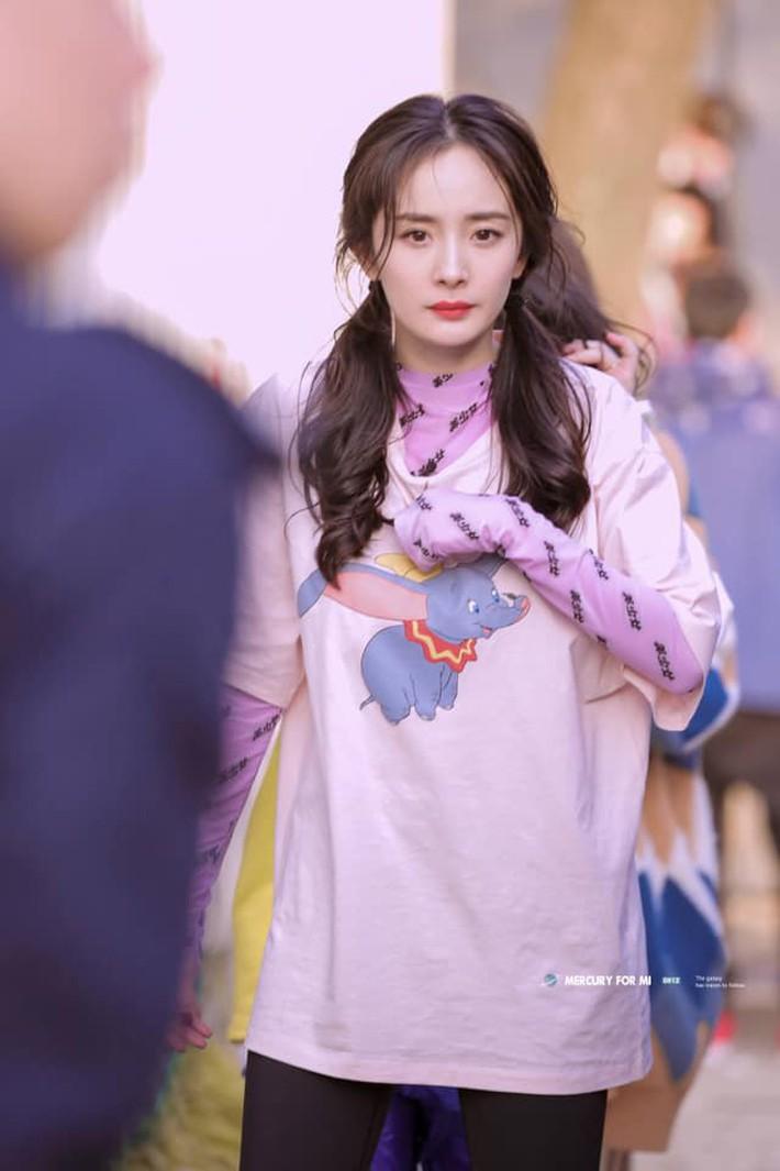 """Diện áo dài tay bên trong áo phông, Angela Baby bị netizen mỉa mai: """"Lại đang cố bắt chước Dương Mịch chứ gì"""" - Ảnh 5."""