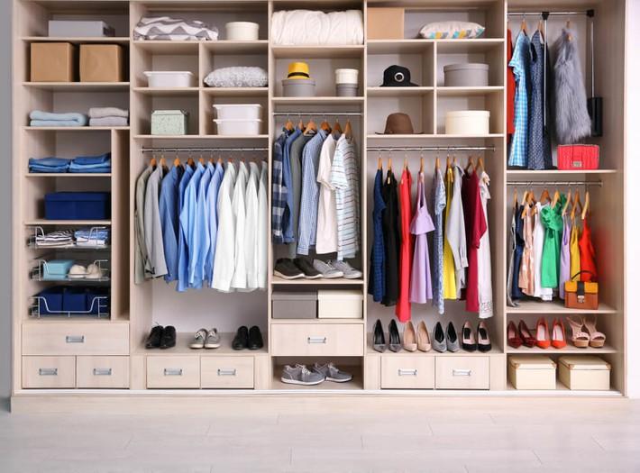 Cách sắp xếp quần áo đúng chuẩn để phòng bạn lúc nào cũng gọn gàng bất chấp diện tích nhỏ - Ảnh 1.