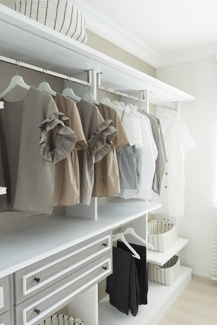 Cách sắp xếp quần áo đúng chuẩn để phòng bạn lúc nào cũng gọn gàng bất chấp diện tích nhỏ - Ảnh 3.