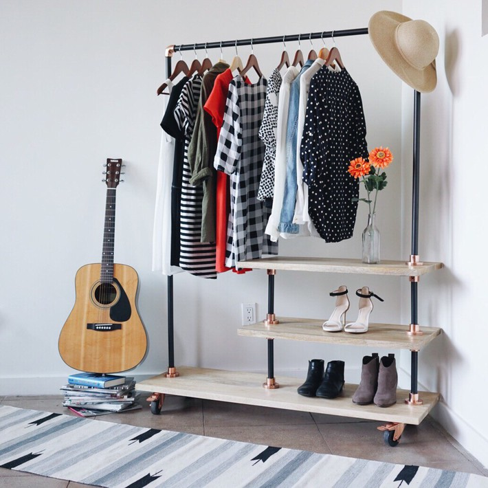 Cách sắp xếp quần áo đúng chuẩn để phòng bạn lúc nào cũng gọn gàng bất chấp diện tích nhỏ - Ảnh 4.