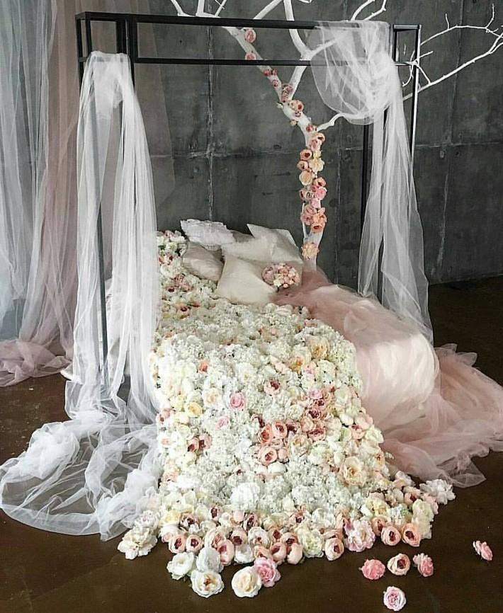 Trang trí giường cưới đẹp ngọt ngào và lãng mạn với hoa tươi - Ảnh 12.