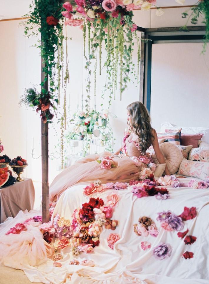 Trang trí giường cưới đẹp ngọt ngào và lãng mạn với hoa tươi - Ảnh 11.