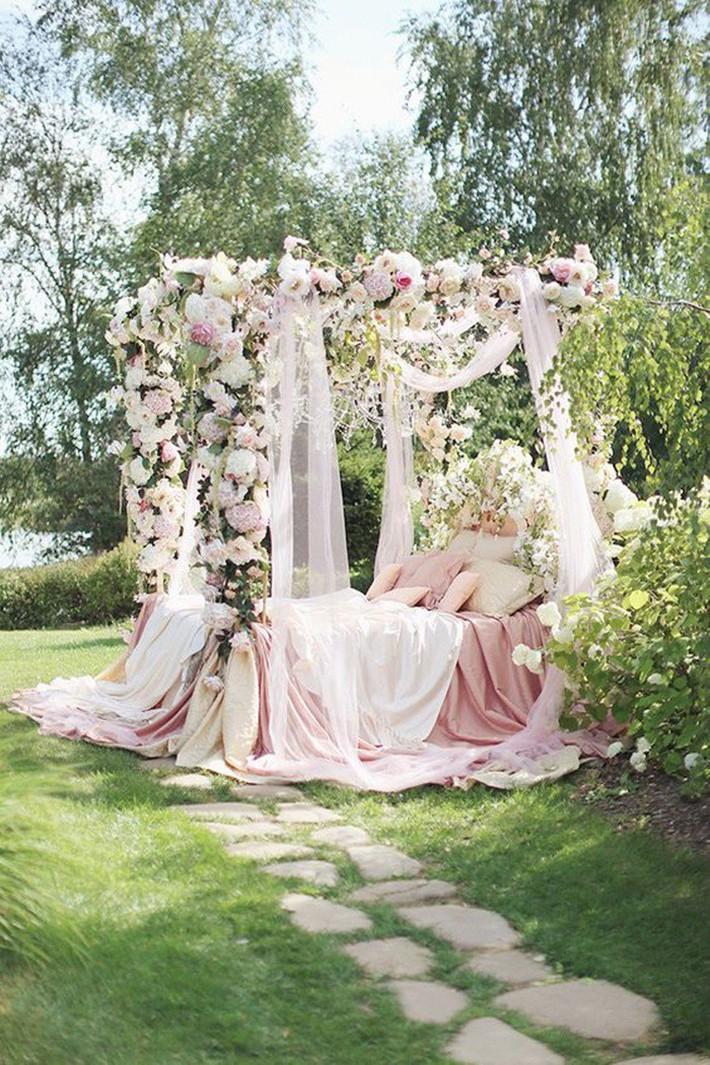 Trang trí giường cưới đẹp ngọt ngào và lãng mạn với hoa tươi - Ảnh 8.