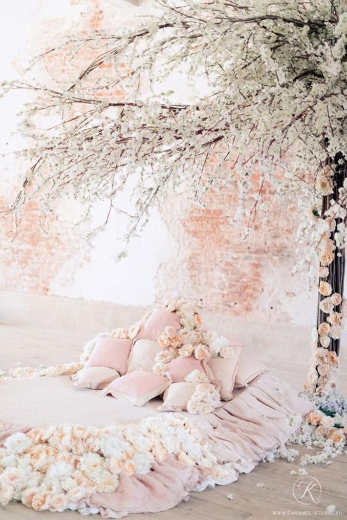 Trang trí giường cưới đẹp ngọt ngào và lãng mạn với hoa tươi - Ảnh 4.
