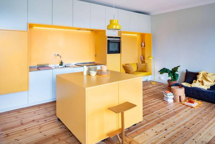 Cải tạo căn hộ gần trăm tuổi thành nơi ở hiện đại nhờ sắc vàng ấm áp - Ảnh 1.