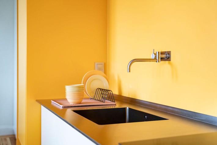 Cải tạo căn hộ gần trăm tuổi thành nơi ở hiện đại nhờ sắc vàng ấm áp - Ảnh 2.