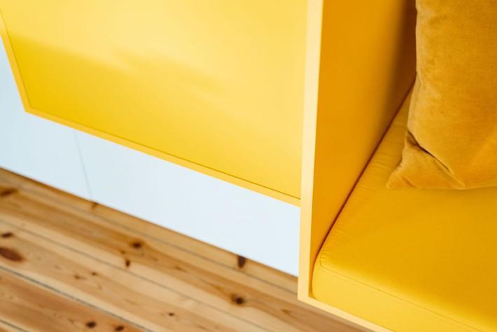 Cải tạo căn hộ gần trăm tuổi thành nơi ở hiện đại nhờ sắc vàng ấm áp - Ảnh 4.