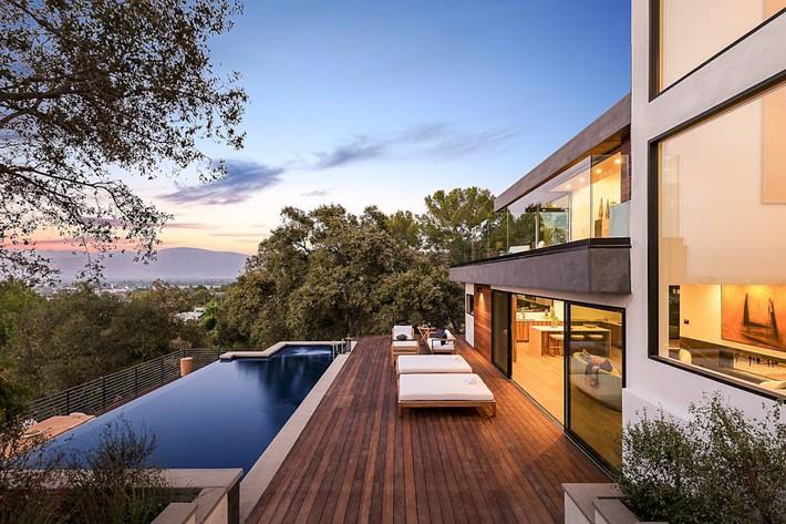 Kinh ngạc ngôi nhà hiện đại ở California ẩn mình giữa những cây sồi lớn khổng lồ nhờ vẻ ngoài mang tông màu đất - Ảnh 2.