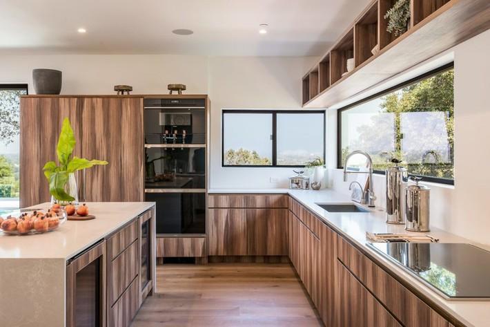 Kinh ngạc ngôi nhà hiện đại ở California ẩn mình giữa những cây sồi lớn khổng lồ nhờ vẻ ngoài mang tông màu đất - Ảnh 6.