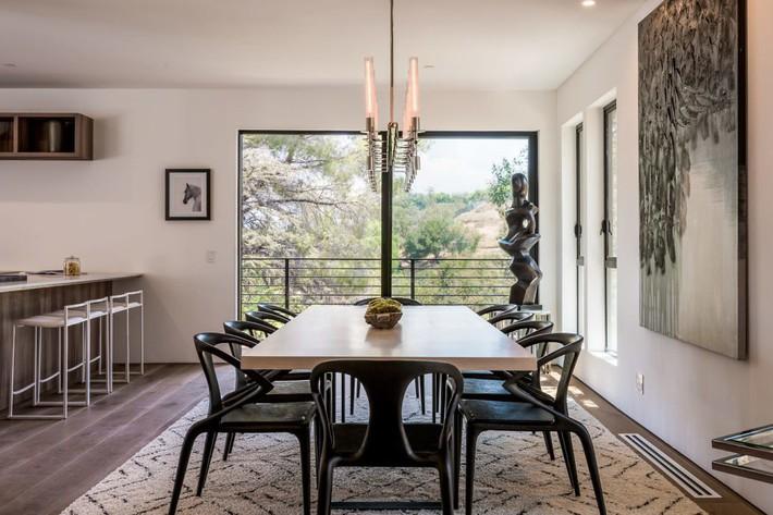 Kinh ngạc ngôi nhà hiện đại ở California ẩn mình giữa những cây sồi lớn khổng lồ nhờ vẻ ngoài mang tông màu đất - Ảnh 7.