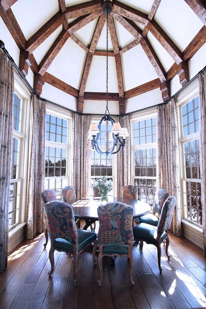 Không cần phải đắn đo nhiều vì bàn tròn luôn là lựa chọn tuyệt vời cho phòng ăn gia đình - Ảnh 1.