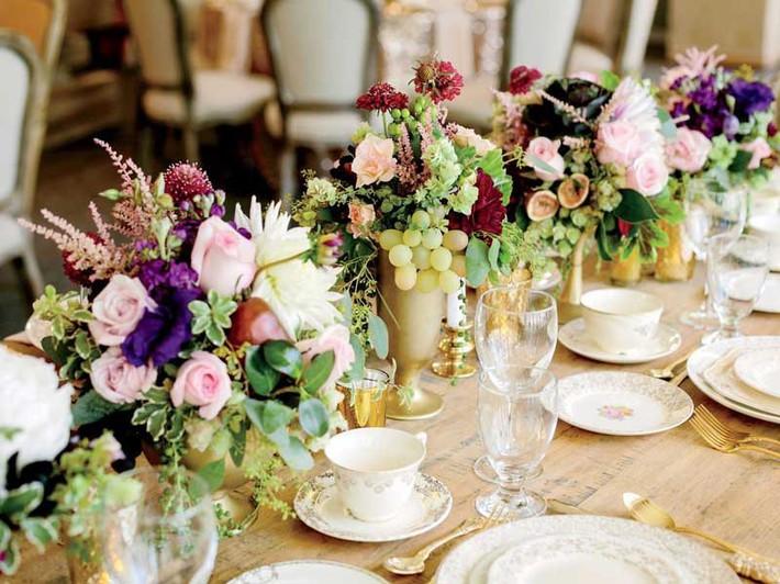 9 ý tưởng trang trí đám cưới bằng hoa tươi đẹp hút mắt khách mời ngay khi đến - Ảnh 4.